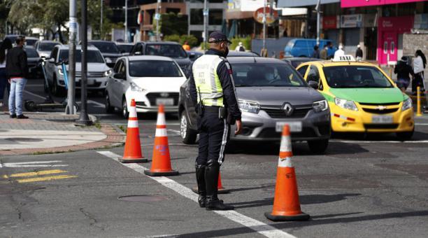 Agentes de Tránsito controlan que los conductores acaten la medida restrictiva Hoy no circula que prohíbe el paso de los automotores dos días a la semana, según el último dígito de la placa. Foto: Diego Pallero/ EL COMERCIO