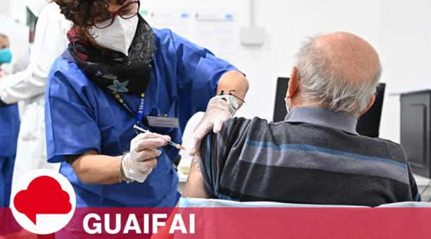Un trabajador de la salud administra una dosis de la vacuna anti-Covid-19 en el nuevo centro de vacunación establecido en Lingotto, Turín, Italia.