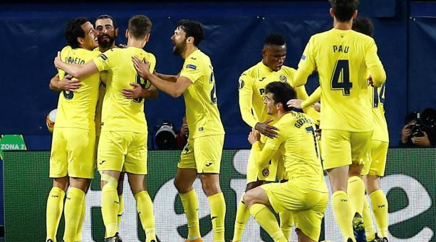 Los jugadores del Villarreal festejan la clasificación del equipo amarillo a la semifinal de la Europa League. Foto: EFE.