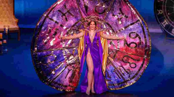 Estefanía Soto luce un traje en homenaje al fallecido astrólogo Walter Mercado durante la presentación del diseño en el Teatro Tapia. Foto: EFE