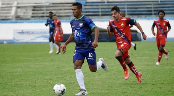 Hernán Lino (izq.), de Guayaquil Sport, es marcado por Nicolás Dávila en el duelo de la quinta fecha de la Serie B. Foto: Twitter @GuayaquilSport.