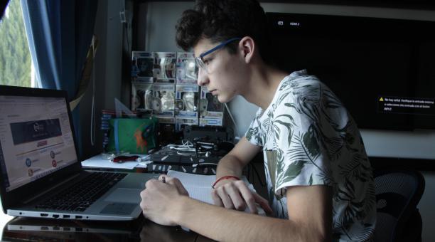 Entre conversaciones telemáticas con amigos, videojuegos y su piano pasa el día Andrés González. Foto: Galo Paguay/ ELCOMERCIO