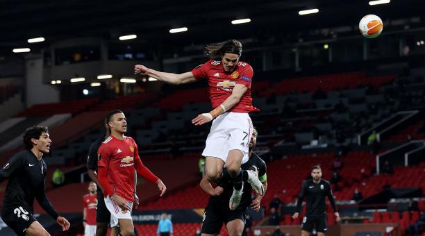 Edinson Cavani se eleva por el aire para cabecear la pelota en el juego entre su club, el Manchester United y el Granada. Foto: EFE