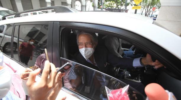 El presidente electo, Guillermo Lasso, llegó ayer a su oficina para reuniones de trabajo. Foto: Enrique Pesantes/ EL COMERCIO