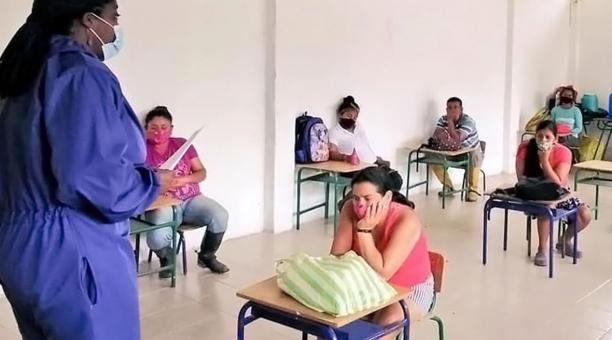Autoridades dialogan con padres de familia en una escuela rural en octubre del 2020. Foto: Cortesía Zonal 4.