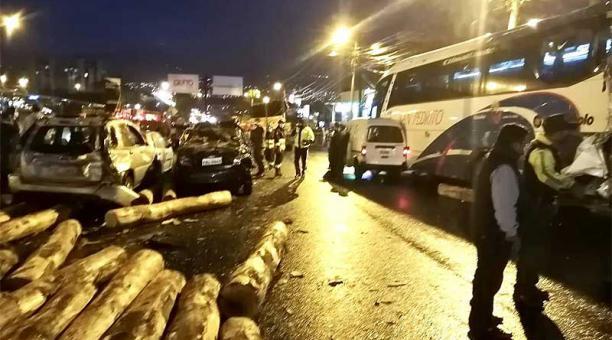 El accidente se registró en las avenidas Pedro Vicente Maldonado y Pedro Bustamante, en el sector de Guajaló. Foto: Twitter Bomberos Quito