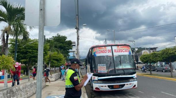 Un agente civil de tránsito vigila en el centro de Esmeraldas. El COE cantonal decidirá hoy la restricción nocturna. Foto: cortesía: Esvial EP