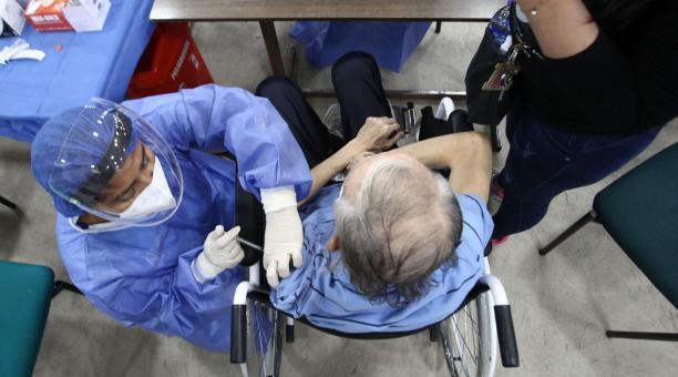 El ministro Camilo Salinas dijo este 15 de abril del 2021 que las personas mayores de 90 años pueden ir a los puntos para vacunarse de forma directa. No se especificó si en todas las ciudades. Foto: Enrique Pesantes / EL COMERCIO