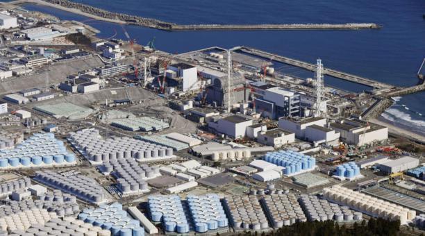 Foto aérea de los tanques de almacenamiento de agua tratada en la planta nuclear de Fukushima Daiichi en Okuma, en la prefectura de Fukushima. Foto: Reuters