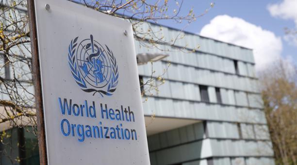 Se muestra un logotipo fuera de un edificio de la Organización Mundial de la Salud (OMS) durante una reunión de la junta ejecutiva sobre la actualización del brote de la enfermedad por coronavirus (COVID-19), en Ginebra, Suiza, el 6 de abril de 2021.