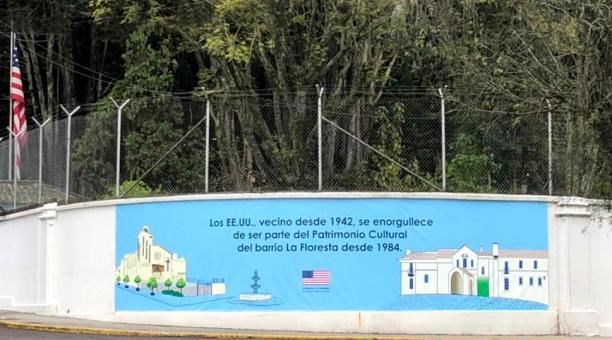 La Embajada de EE.UU. en Ecuador exhibió una pintura con la que conmemora el reconocimiento de barrio La Floresta como patrimonio cultural. Foto: Cortesía Embajada de EE.UU. en Ecuador