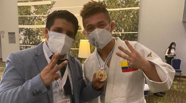 Lenin Preciado junto a su entrenador, José Romero, tras conseguir el oro panamericano en Guadalajara. Foto: Twitter de la Federación Ecuatoriana de Judo