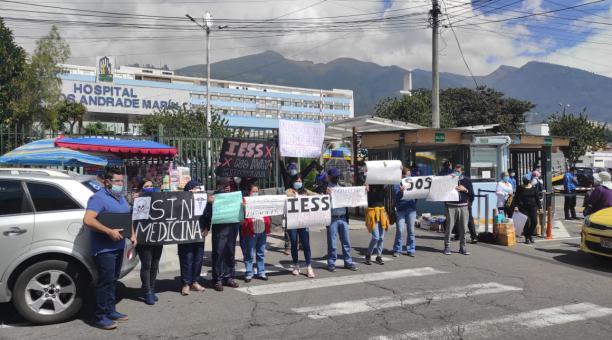 Pacientes con cáncer y familiares hicieron un plantón por la falta de medicinas, en el hospital del IESS, en Quito. Foto: Cortesía