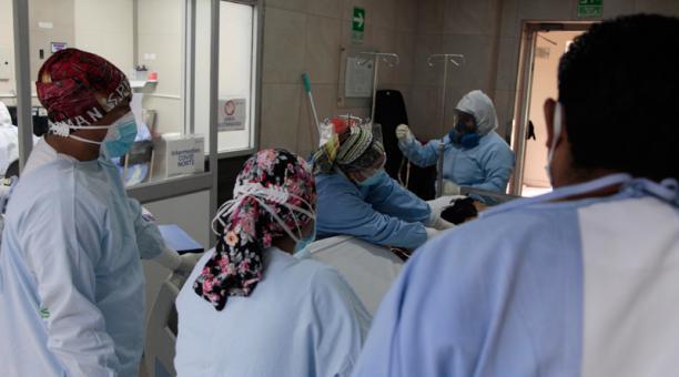 Personas con sospecha de covid-19 ingresa al área de cuidados intensivos respiratorios para ser tratadas. Foto: EFE