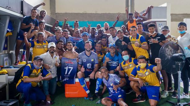Los jugadores de Delfín durante los festejos del triunfo que consiguieron ante Macará. Foto: Delfín