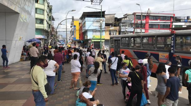 Pie de foto:  El servicio de transporte urbano tiene una alta demanda en las paradas del centro de Santo Domingo. Foto: El Comercio.