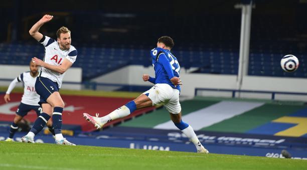 Harry Kane, del Tottenham, remata ante el arco del Everton, el 16 de abril del 2021. Foto: EFE