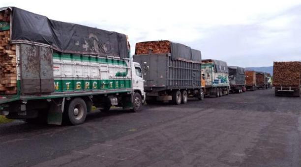 Los camiones fueron retenidos en una de las vías principales del cantón Tiwintza. Foto: Cortesía
