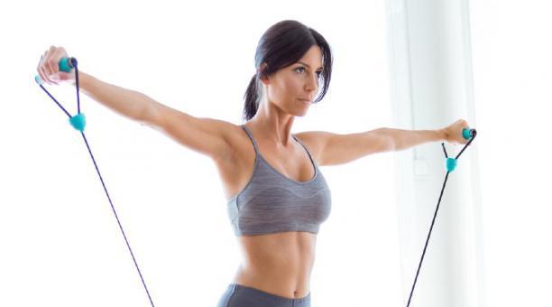 Dependiendo del nivel físico de cada persona se puede añadir al entrenamiento pesas o pelotas. Foto: Freepik