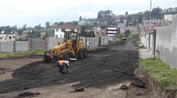 Personal de la  Epmmop realiza trabajos de pavimentación en la calle Manuel Ruales, en San José de Monjas. Foto: Julio Estrella / El Comercio