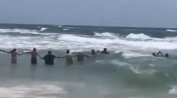 En el video se ve una larga cadena humana formada desde la orilla de la playa. Foto: captura