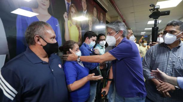 El presidente electo Guillermo Lasso fue recibido por los trabajadores del canal. Foto: Cortesía