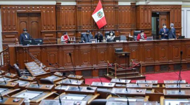 La decisión la tomó el Congreso de Perú tras someter a Martín Vizcarra a un juicio político, que se resolvió por 86 votos a favor y sin ningún voto en contra ni abstenciones. Foto: Twitter Congreso del Perú