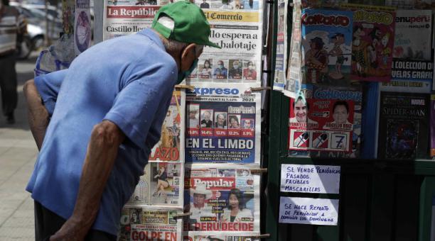Una persona observa el pasado 12 de abril del 2021 las portadas de periódicos luego del proceso electoral para elegir al nuevo presidente para el periodo 2021-2026, en Lima, Perú. Foto: EFE