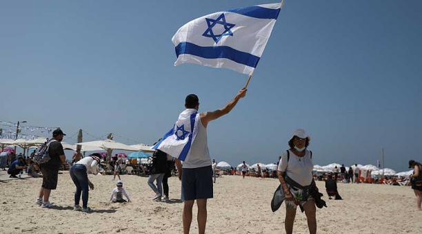Sin grandes medidas restrictivas, Israel celebró el Día de la Independencia en un ambiente festivo, con las calles, parques o playas repletos de gente. Foto: EFE