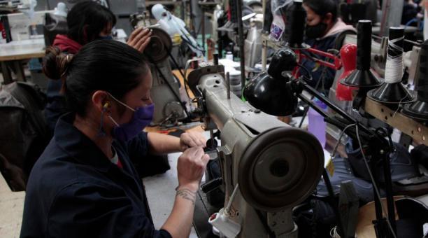 Trabajadores laboran en Idulcalsa
