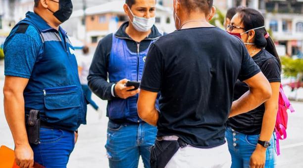 Los funcionarios municipales realizan controles de prevención sobre el uso de la mascarilla. Foto: Cortesía Municipio de Gualaquiza