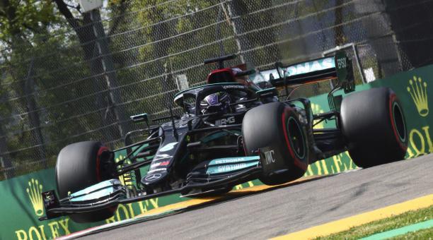 El piloto británico de Fórmula Uno Lewis Hamilton de Mercedes-AMG Petronas en acción durante la sesión de clasificación del Gran Premio de Fórmula Uno Emilia Romagna en la pista de carreras de Imola, Italia, el 17 de abril de 2021. El Gran Premio de Fórmu