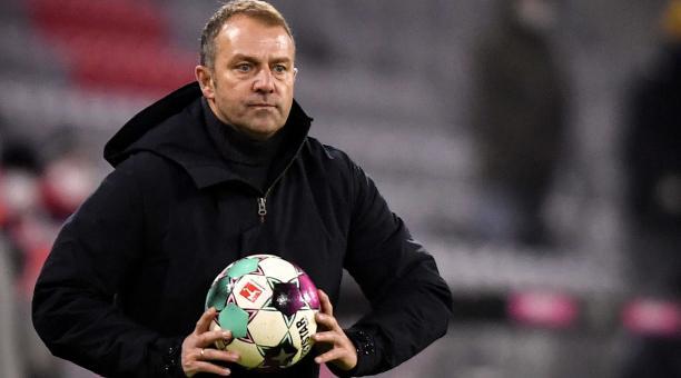 Hansi Flick, gerente del FC Bayern München, reacciona durante el partido de fútbol de la Bundesliga alemana entre el VfL Wolfsburg y el FC Bayern de Múnich en el Volkswagen Arena de Wolfsburg, Alemania, el 17 de abril de 2021. (Alemania) EFE