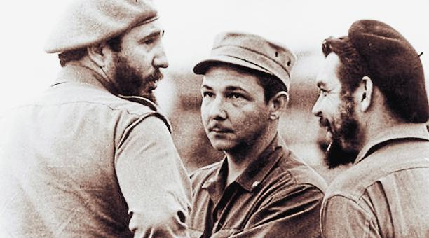 El Che Guevara con Raúl y Fidel Castro en La Habana, Cuba, 1961. Foto: @ Granma_digital