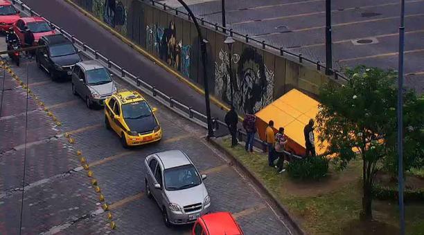 Un camión quedó atrapado en el paso deprimido de la avenida Pichincha, en sentido norte - sur. Foto: ECU 911