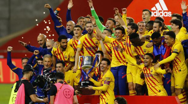 Los jugadores del FC Barcelona celebran el título de laa Copa del Rey tras un 4-0 ante el Athletic de Bilbao. Foto: EFE