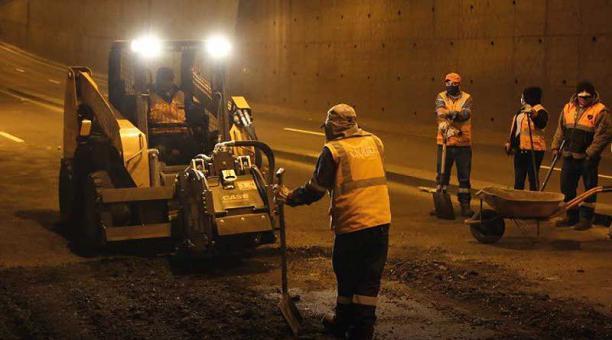 Obreros de la Epmmop durante los trabajos de mantenimiento en la avenida Mariscal Sucre y Fernández Salvador, en el norte de Quito. Foto: Twitter Obras Quito