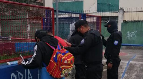 Agentes de la Policía se desplegaron en el sur de Quito luego del doble homicidio registrado la tarde de este sábado 17 de abril. Foto: Tomada de la cuenta Twitter Policía Nacional