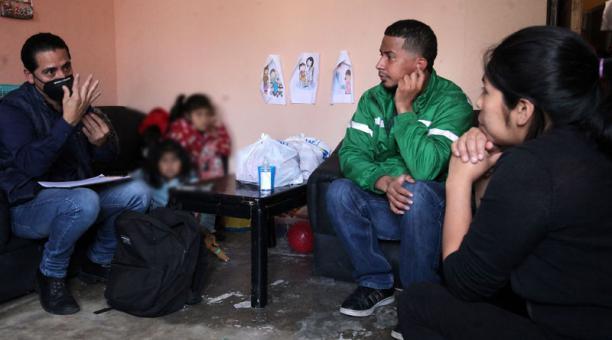 Diego Toro visita a Jennifer e Isabela, de 7 y 5 años. Solo la segunda puede escuchar. Foto: Julio Estrella / EL COMERCIO