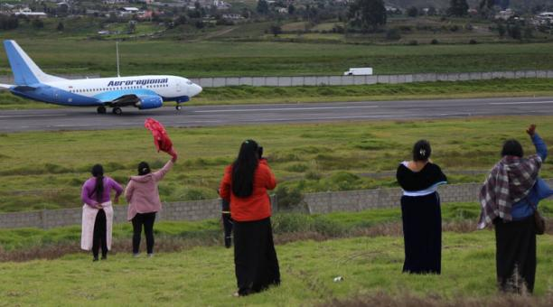 El martes 13, un grupo de personas llegó a una elevación llamada Buenaventura, para despedir a sus familiares. Fotos: Glenda Giacometti / EL COMERCIO