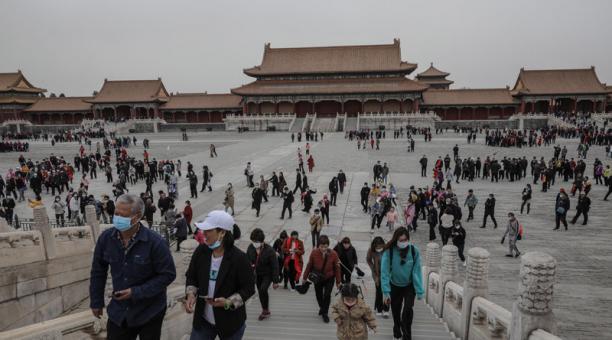 Turistas caminan en la Ciudad Prohibida durante un evento en Beijing, China, el 16 de abril de 2021. Foto: EFE