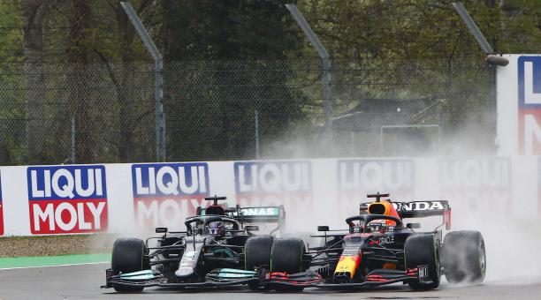 El piloto de Fórmula Uno británico Lewis Hamilton de Mercedes-AMG Petronas (izq.) y el piloto de Fórmula Uno holandés Max Verstappen de Red Bull Racing (der.) en acción durante el Gran Premio de Fórmula Uno de Emilia Romagna en la pista de carreras de Imo