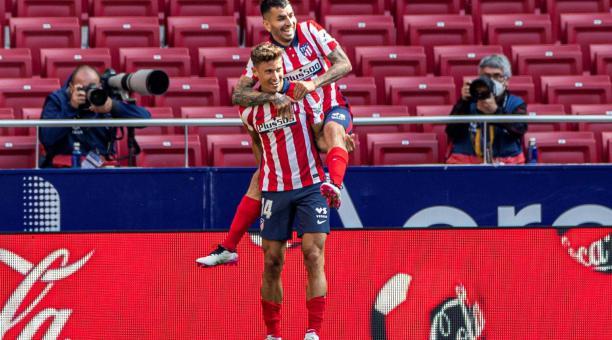 El centrocampista del Atlético de Madrid Marcos Llorente (i) celebra con su compañero Angel Correa su gol ante el Eibar, cuarto del equipo, durante el partido de La Liga que el Atlético de Madrid y el Eibar disputan este sábado en el Estadio Wanda Metrop