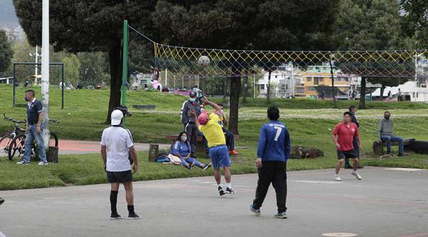 En el parque de la Raya, en el sector del Calzado, varias personas llegaron para realizar distintas actividades como jugar vóley y bailoterapia. Foto: Galo Paguay / EL COMERCIO