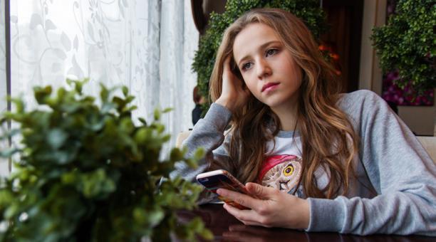 El aislamiento social, por la emergencia sanitaria, también aumentó el número de chicos y chicas con cuadros de depresión. Se refugian en el mundo de las redes sociales. Foto: Freepik