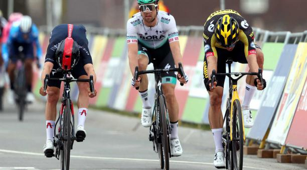 El ciclista belga Wout Van Aert (R) del Team Jumbo-Visma cruza la línea de meta para ganar la Amstel Gold Race en 218,6 km en Valkenburg, Países Bajos, el 18 de abril de 2021. Van Aert ganó por delante del segundo clasificado, el británico Thomas Pidcock