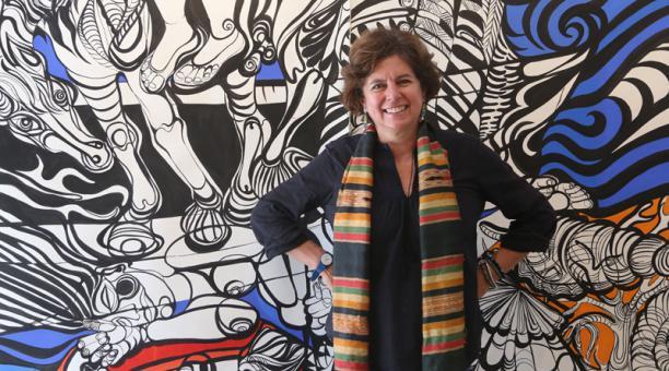 Paula Barragán junto a la obra 'Llegando al puerto', un dibujo a tinta china, témpera y collage. Foto: Vicente Costales/El Comercio