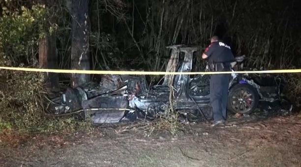 El Tesla se estrelló contra un árbol en una curva a alta velocidad en el condado de Harris y se incendió. Foto: captura