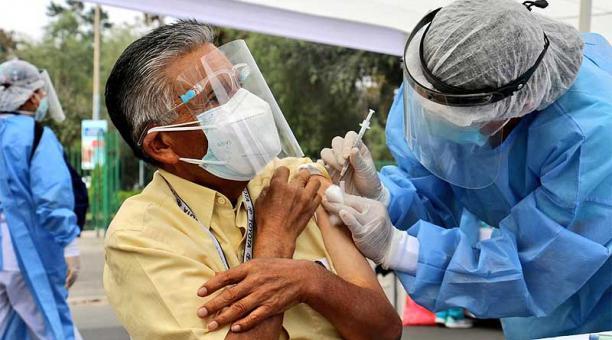 En Perú, más de 700 000 personas ya han recibido cuando menos una dosis de las vacunas contra el covid-19. Foto: Twitter Ministerio de Salud Perú
