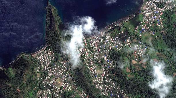 Imagen satelital del volcán La Soufriere que entró en erupción el pasado 9 de abril del 2021, tres meses después de erupciones efusivas. Foto: EFE / Maxar